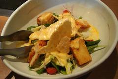 海老パンとパリパリチーズの温卵シーザーサラダ