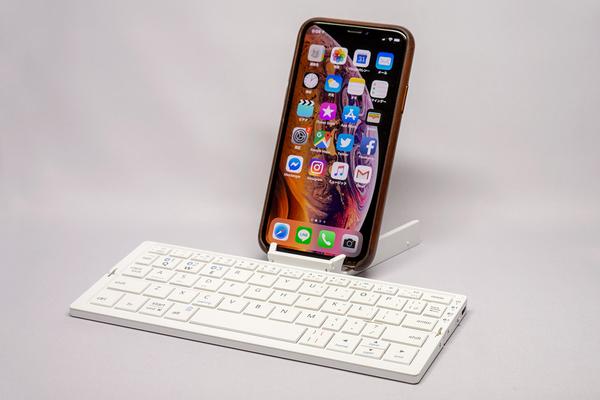 3fa1bd37a379 当然 iPad mini だけでなくスマホでも使えます。このミニマルな組み合わせも悪くない。iPad mini を持ち歩かない日でもこのキーボードだけカバンに突っ込んでおいて、  ...